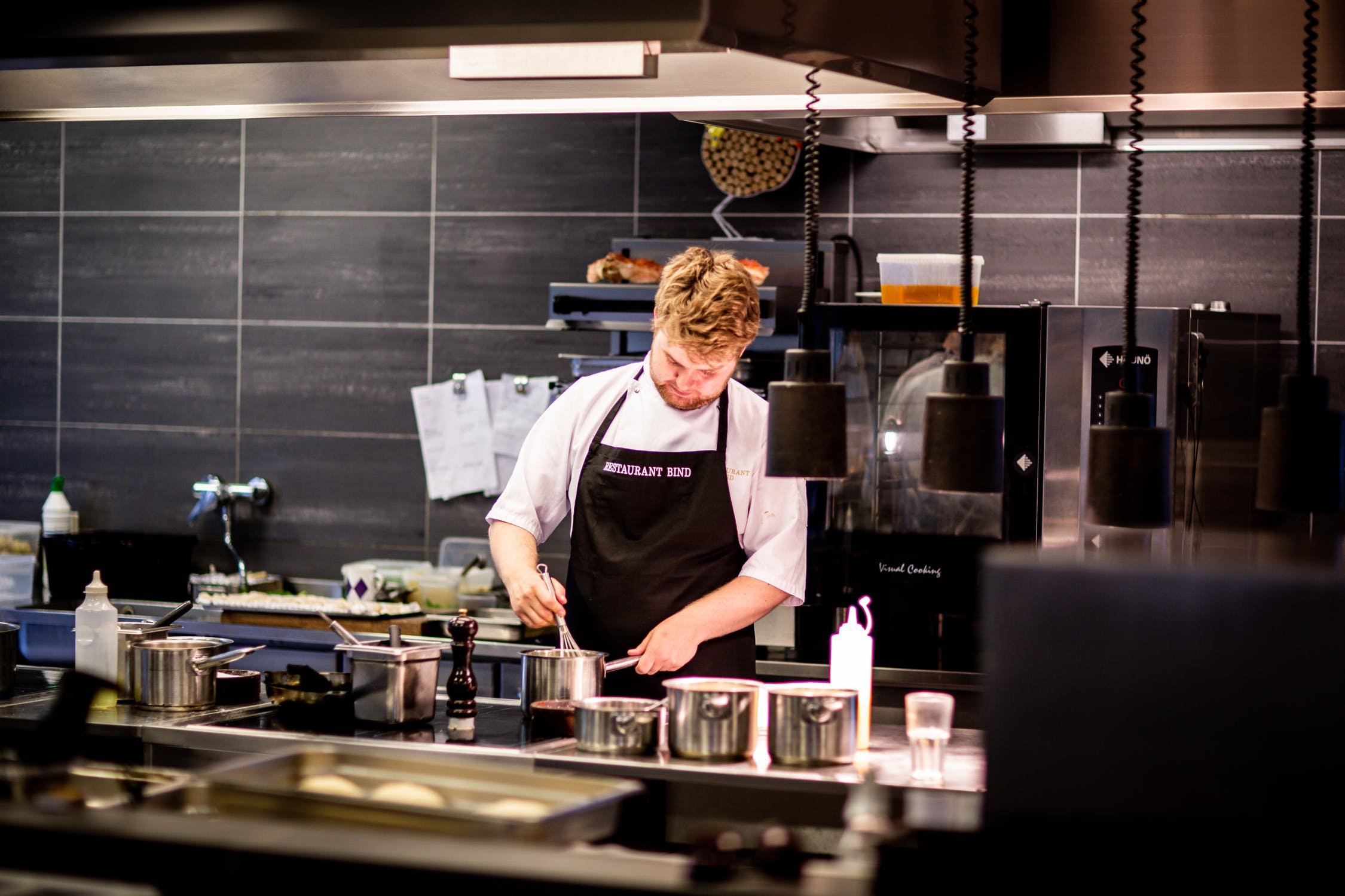 The market space of commercial kitchen equipment is huge, how to improve the overall level of the industry
