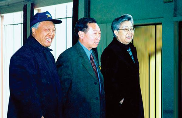国务院副总理吴仪(右一)亲切接见程育全,鲁光先生(左一)原体育报总编、著名作家、画家(2000